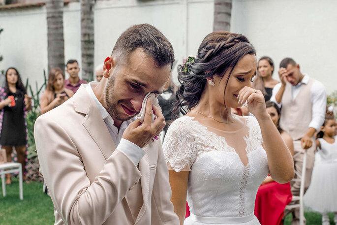 Emoção dos noivos na cerimônia