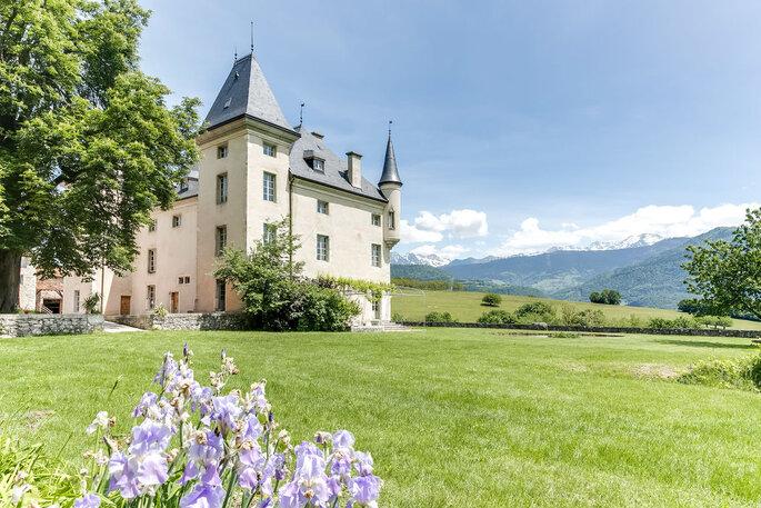 Lieu de réception pour votre mariage - château face aux montagnes