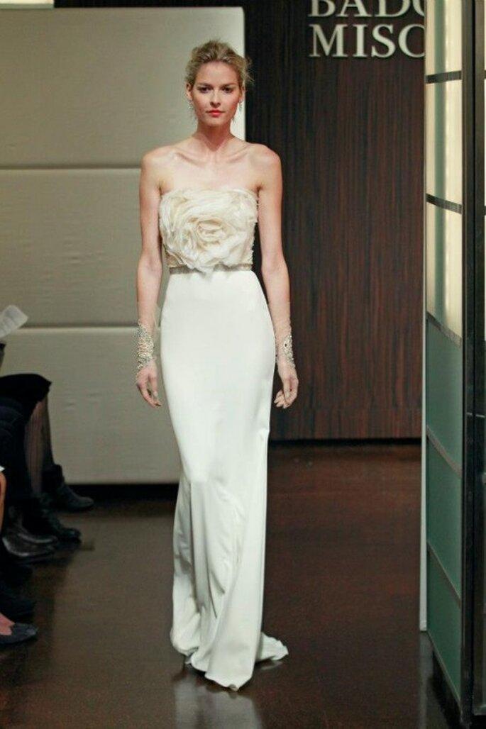 Vestido de novia 2014 con detalle de flor en relieve - Foto Badgley Mischka