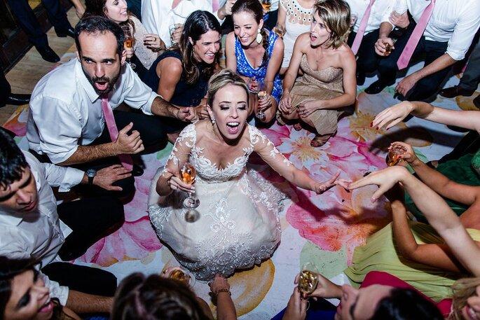 noivos dançam com convidados em casamento
