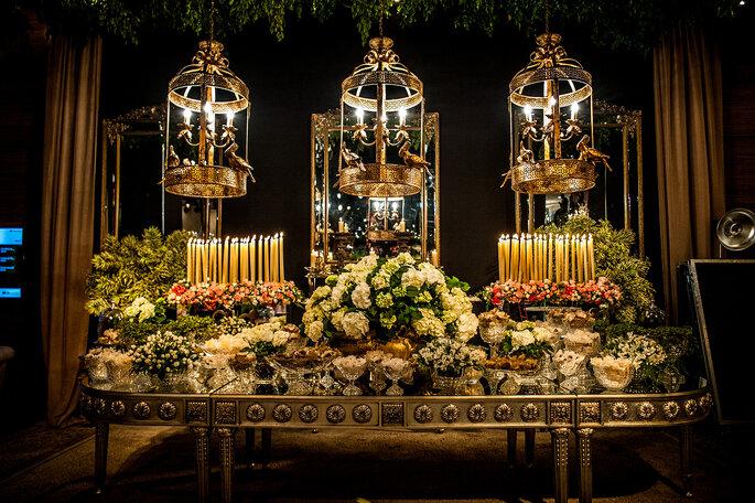 Linda mesa de casamento com flores e castiçais