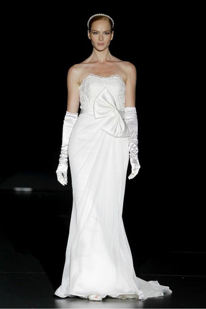Vestido de novia con cortes simples pero las telas y detalles de alta calidad - vestidos de novia de la colección 2012 de Charo Peres. Foto: Ugo Cámara / IFEMA