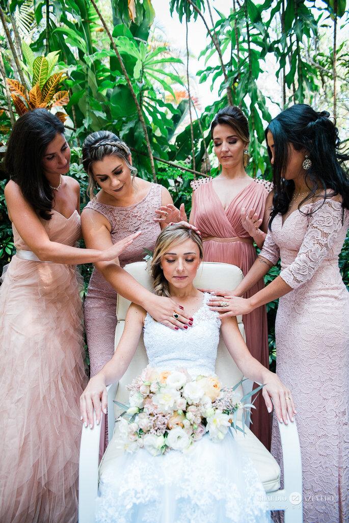 noivas com madrinhas em vestidos corais