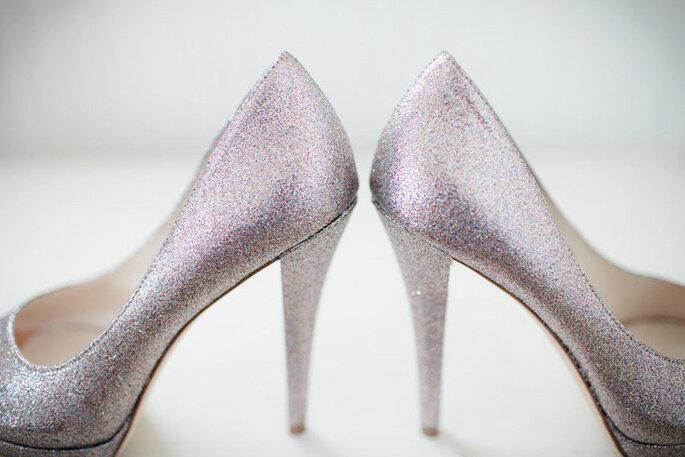 Zapatos para novia con brillos en color lavanda - Theo Milo Photography
