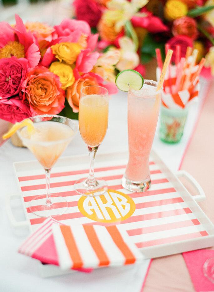 Monogramas, flores, rayas y bebidas en colores cítricos - Foto KT Merry Photography