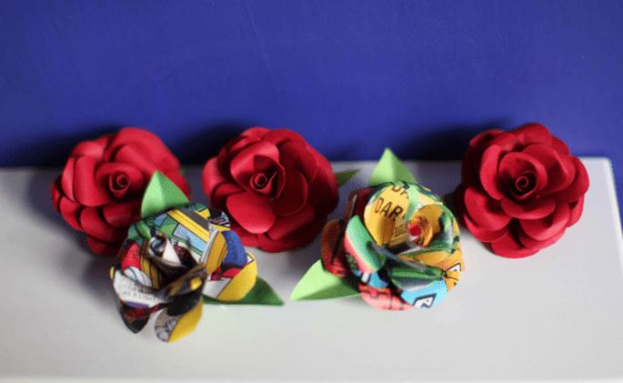 Boutonnieres del novio y los padrinos en color rojo intenso y con estampado multicolor - Foto Haywood Jones Photography