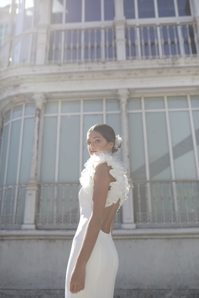 Vestido de novia barato con apertura por la espalda y mangas con olanes