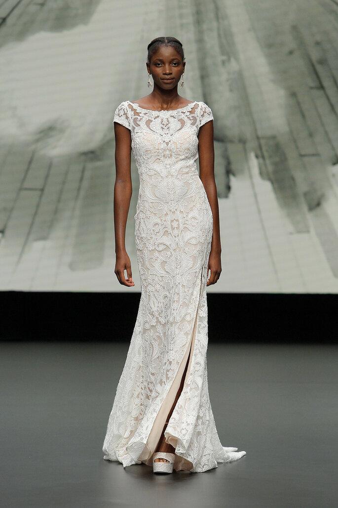 Barcelona Bridal Fashion Week St Patrick vestido de novia vestido entallado de encaje con mangas en capilla y apertura en la falda