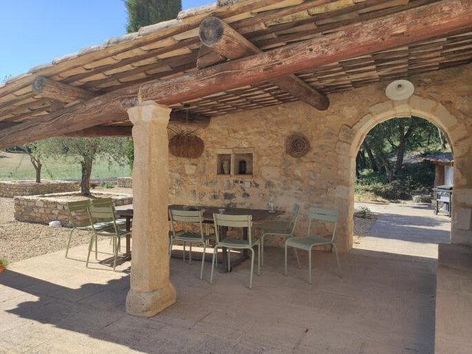 Terrasse ombragée d'un toit pour profiter du lieu de réception avec ses proches