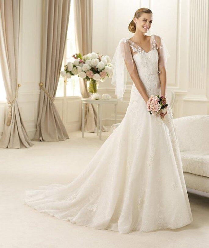 Vestido de novia con encaje y decorados en los hombros - Foto Pronovias 2013