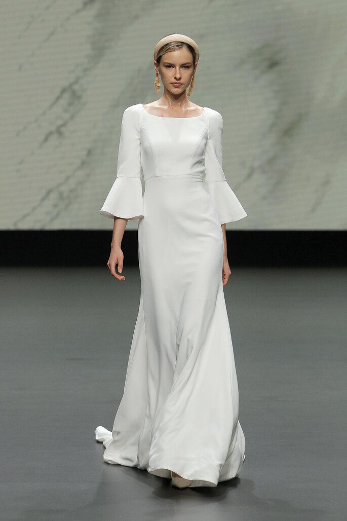 Colección Vestido de Novias 2021 Jesús Peiró vestido de novia entallado con escote redondo, mangas a 3/4 acampanadas