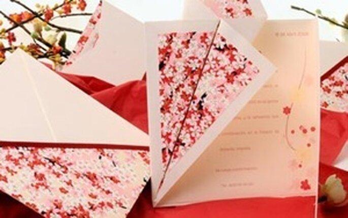 Invitación blanca con contraste de flores en composé rojo. De Azulsahara