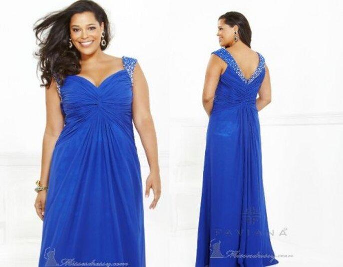 Vestido azul de fiesta para invitadas con curvas. Foto de Faviana