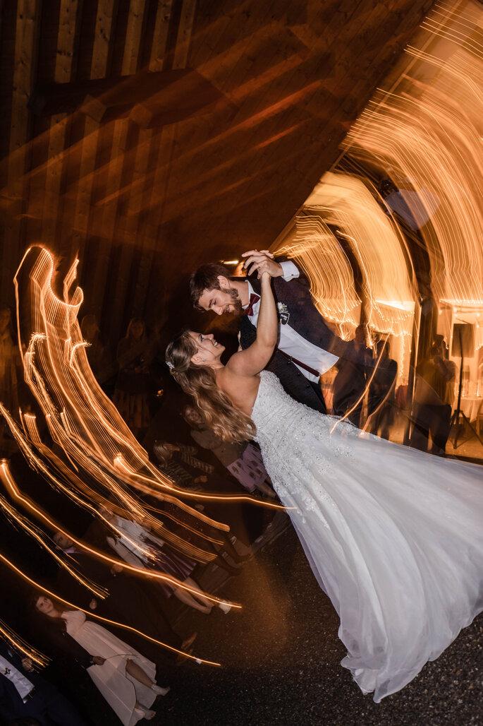 Brauttanz. Brautpaartanz mit Wunderkerzen