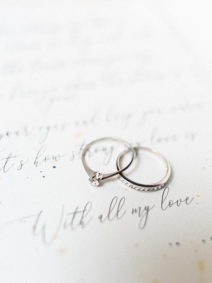 alianças casamento sobre um papel com votos de casamento caligrafia