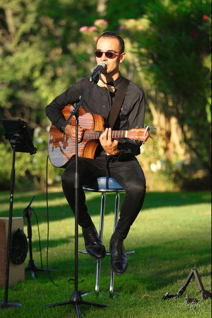 Un chanteur à la guitare anime un mariage