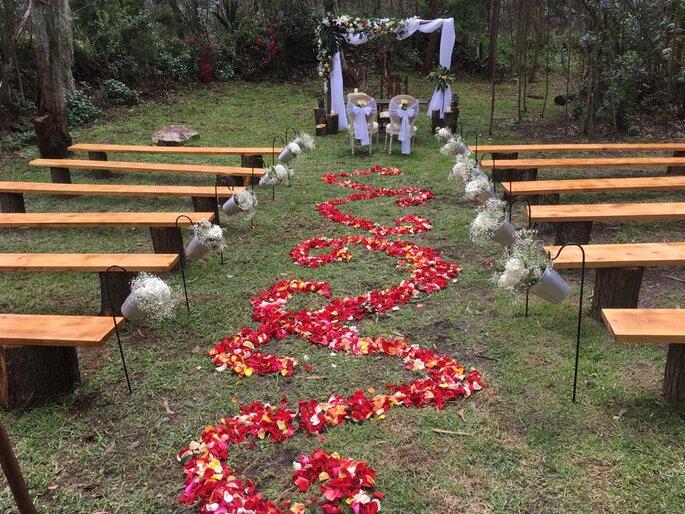 Decoración de ceremonia al aire libre con rosas