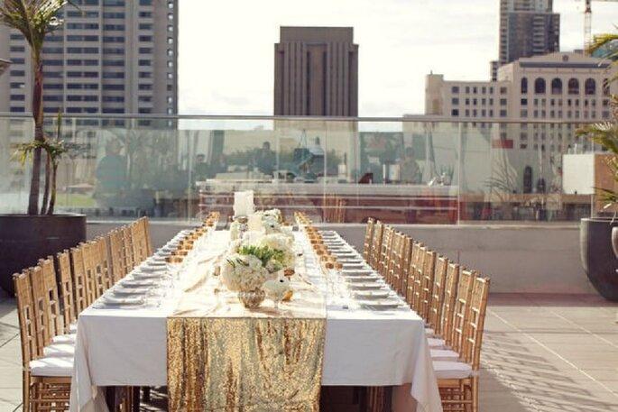 Edler Mix aus goldfarbenen Accessoires auf Ihrem Hochzeitstisch - Foto Scott Lawrence