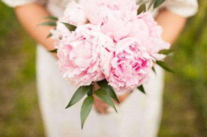 Pfingstrosen aus dem eigenen Garten eignen sich ebenfalls perfekt für einen ländlichen Brautstrauß – Foto: 2Rings Trouwfoto