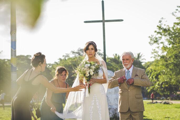 noiva prestes a entrar na igreja