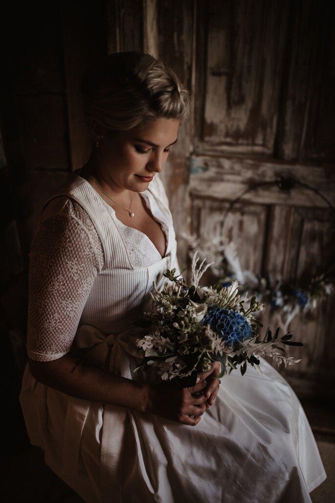 Bayerische Braut in Tracht mit Blumenstrauß