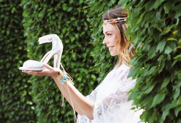 Braut schaut sich einen ihrer Brautschuhe an