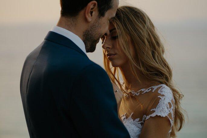 casal de noivos em momento romântico casamento