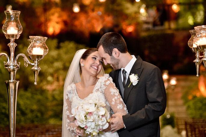 noivos se olham após realização de casamento