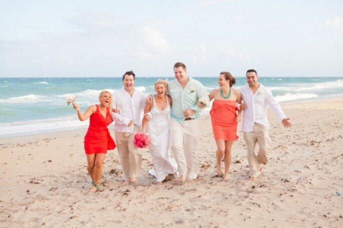Boda divertida en la playa con detalles en color naranja y rosa - Foto Thompson Photography Group