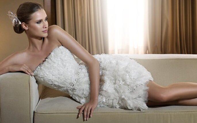 """Dans sa collection """"City"""" de 2011, Pronovias propose une série de robes de mariée courtes"""