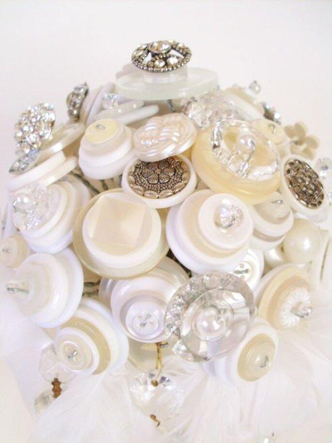 Bouquet de mariée en boutons et cristaux d'Angela's Artistic Designs. Photo: www.etsy.com
