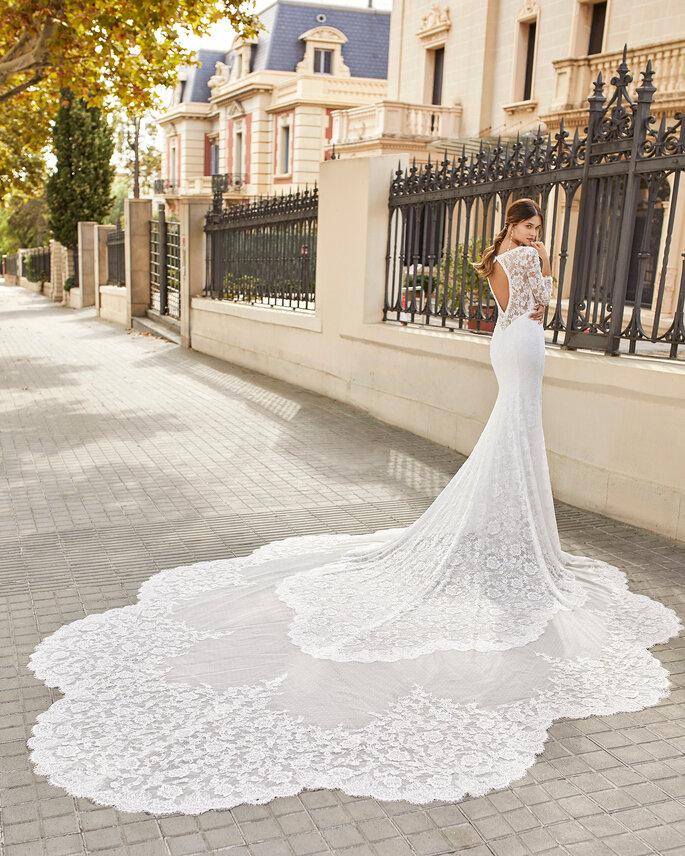 Une robe de mariée en dentelle sirène avec une très longue traine