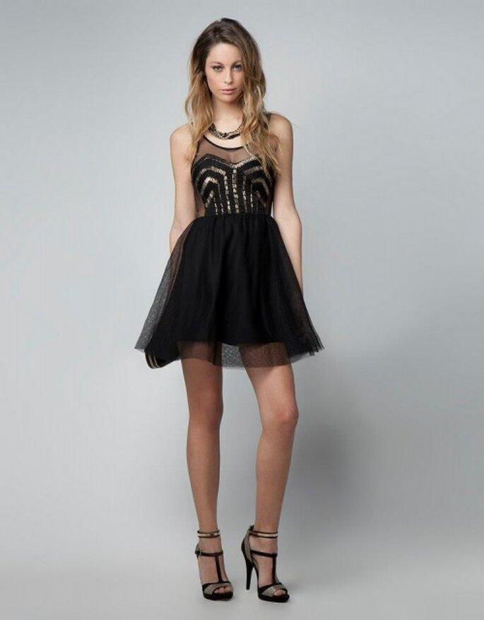 Vestido de fiesta corto en color negro con brocados en el corpiño y falda corta vaporosa - Foto Bershka