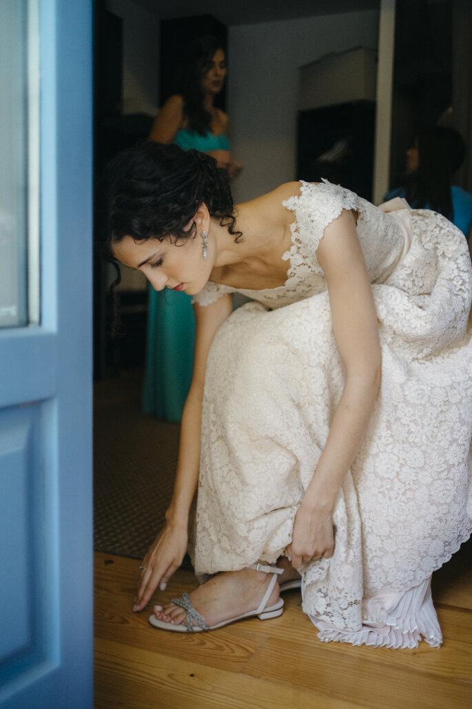 uma noiva a calçar-se
