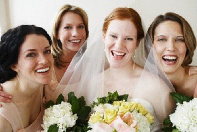 Novia con sus amigas y el ramo