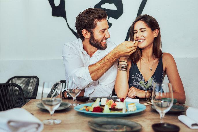 paar isst zusammen
