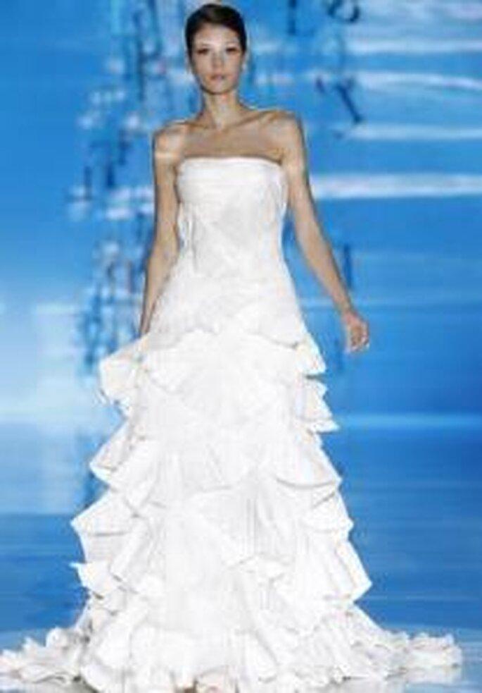 Pepe Botella 2010 - Vestido largo corte princesa en mikado, falda en volantes diagonales cruzados, escote strapless recto