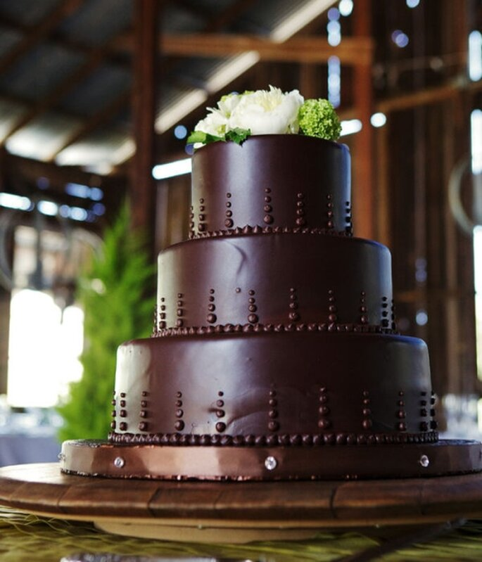 Pastel de boda color chocolate, 3 niveles adornado con flores naturales blancas