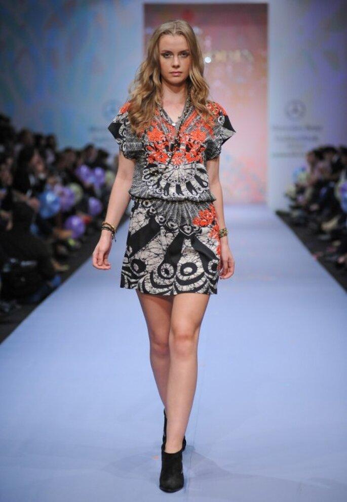 Vestido de mangas cortas con estampado multicolor - Foto Mercedes Benz Fashion Week México