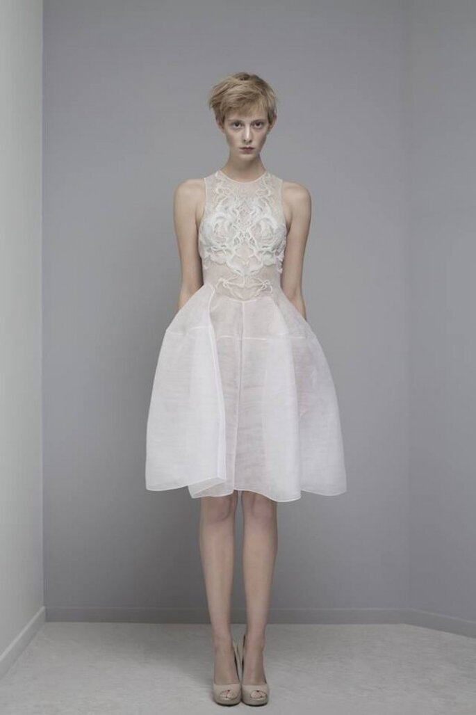 Vestido de novia con bordados y falda amplia estilo avant garde para boda civil - Foto Yiqing Yin