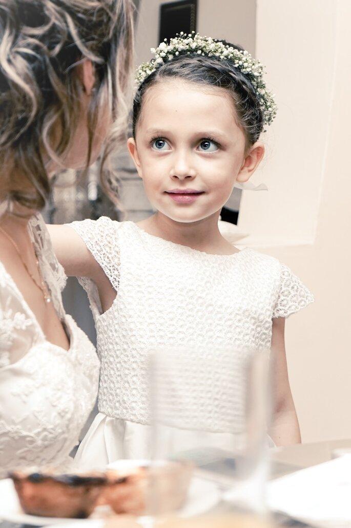 Une enfant avec une couronne de fleurs à un mariage
