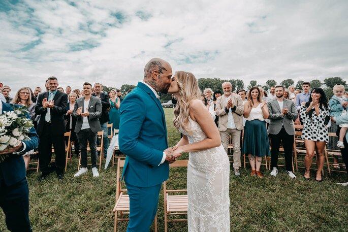 sich küssendes Brautpaar nach dem Ja-Wort
