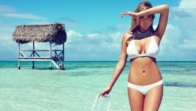 Bikini con encaje blanco para novias de luna de miel - Foto Beach Bunny Swimwear