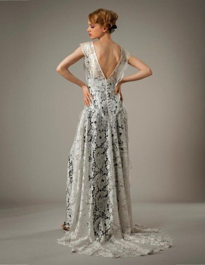 Vestido de novia en color blanco con textura calada y fondo en tono negro - Foto Elizabeth Fillmore