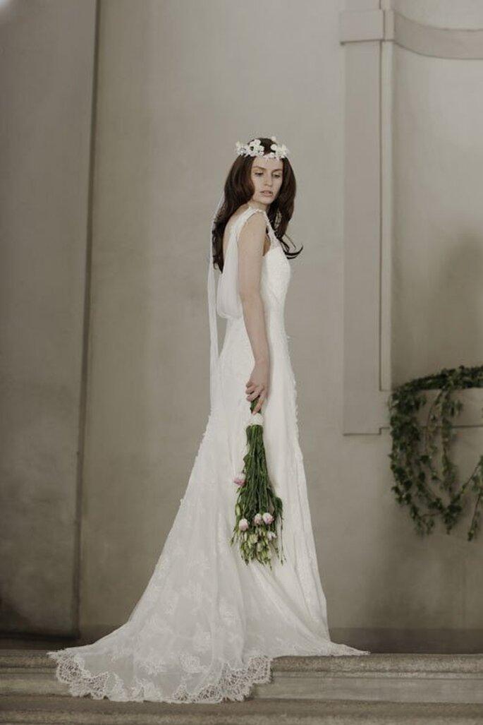 Vestido de novia 2014 en color blanco con escote en la espalda estilo cascada y cauda mediana - Foto Alberta Ferretti