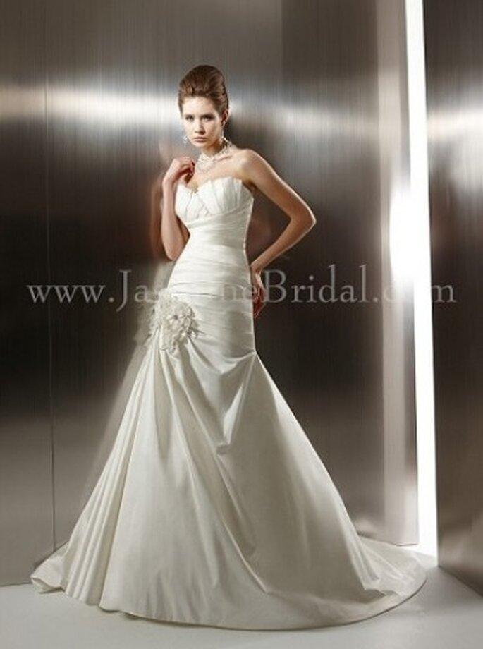 Atemberaubendes Brautkleid mit kleiner Schleppe und romantischen Applikationen – Modell T494