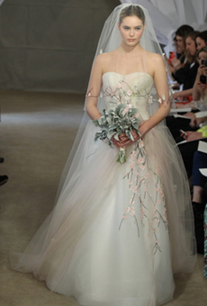 Tüll und lange Schleier gehören zu einem Prinzessinenkleid – Foto:CAROLINA HERRERA