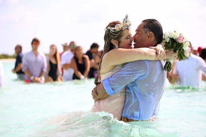 mariage océan caraïbe mariés heureux joie amour couple