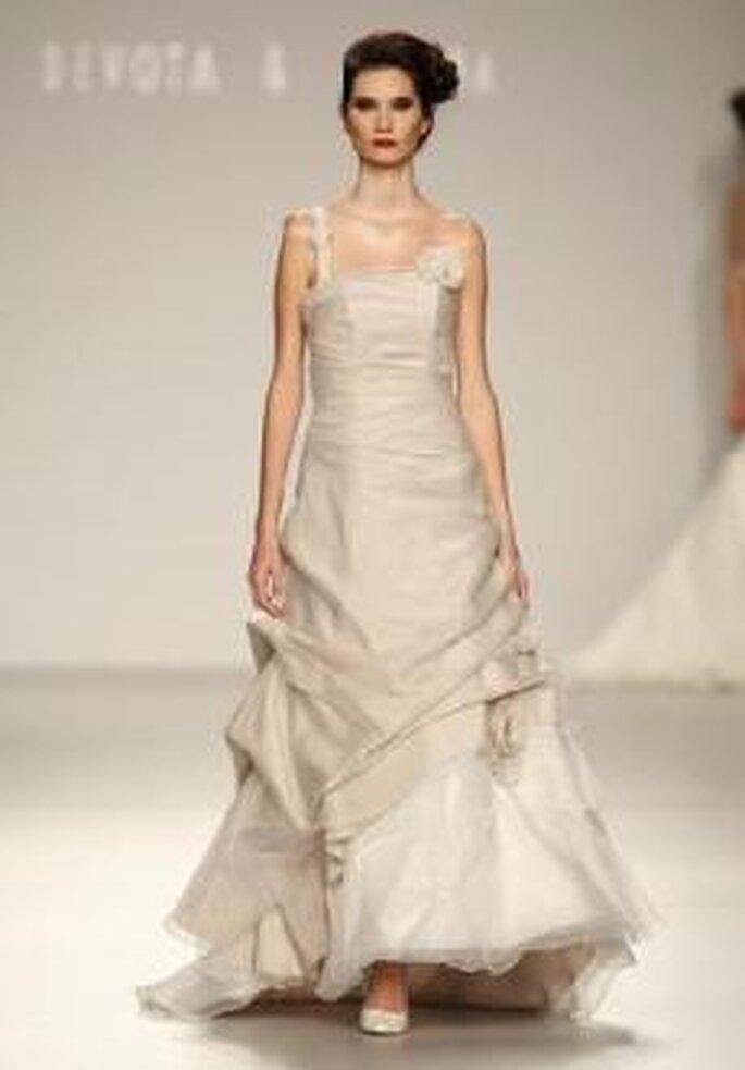 Devota & Lomba 2010 - Vestido largo de corte evasé, escote transversal, detalle floral en busto, fruncido en falda