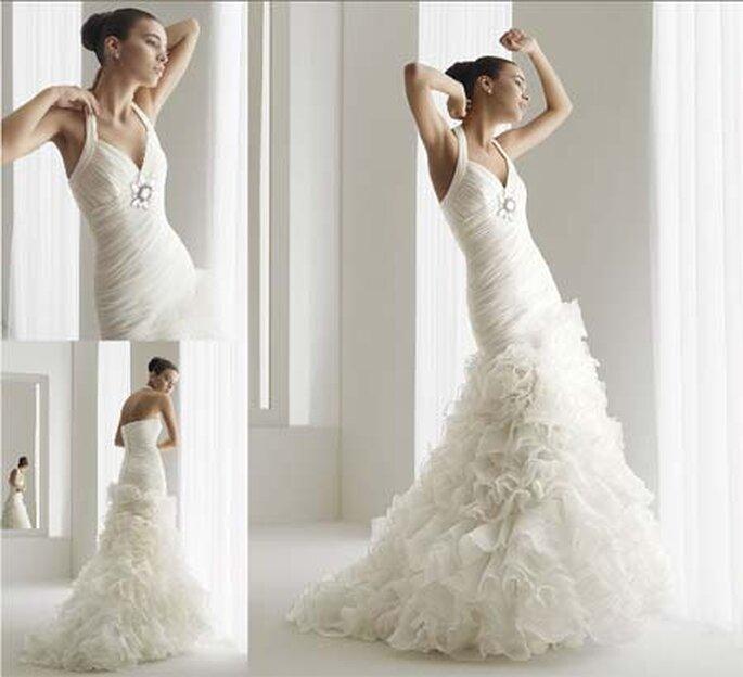 """Vestido de novia al estilo español, con un escote drapeado en """"V"""" con escote halter."""